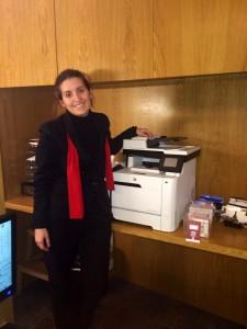 Personal del departamento de recepción junto a una de los equipos de impresión instalados en el hotel